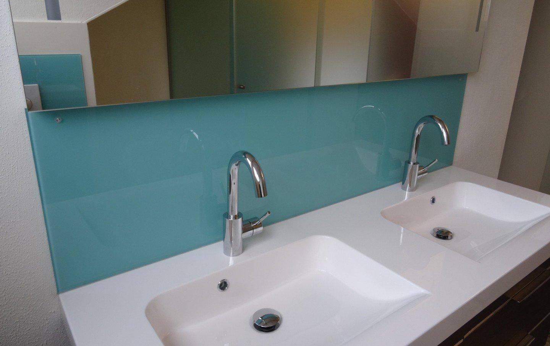 gekleurde glazen wandbekleding badkamer