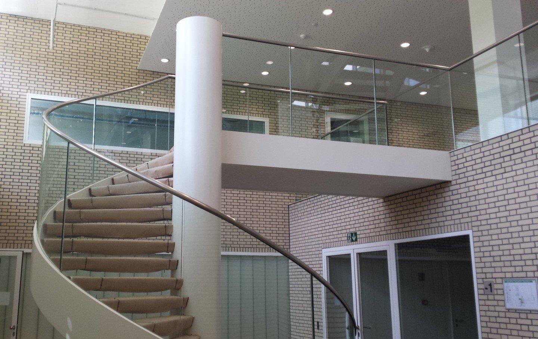 gebogen glazen trapbalustrade