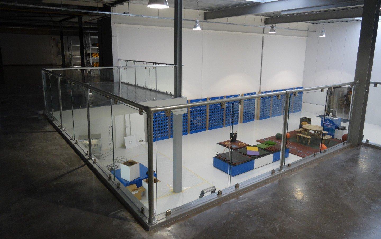 Glazen balustrade bedrijfspand