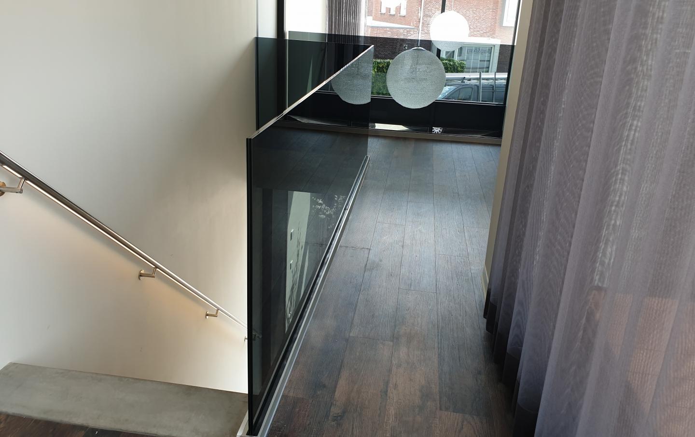 trapbalustrade en vide van grijs gehard glas