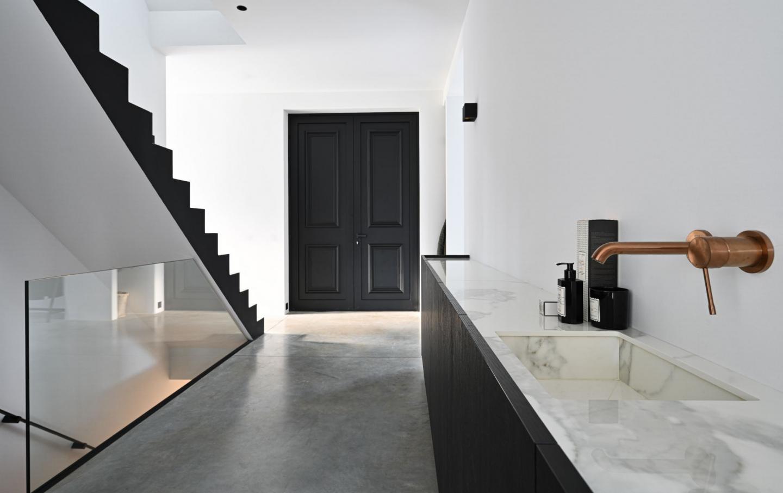 glazen trapbalustrade in zwart profiel